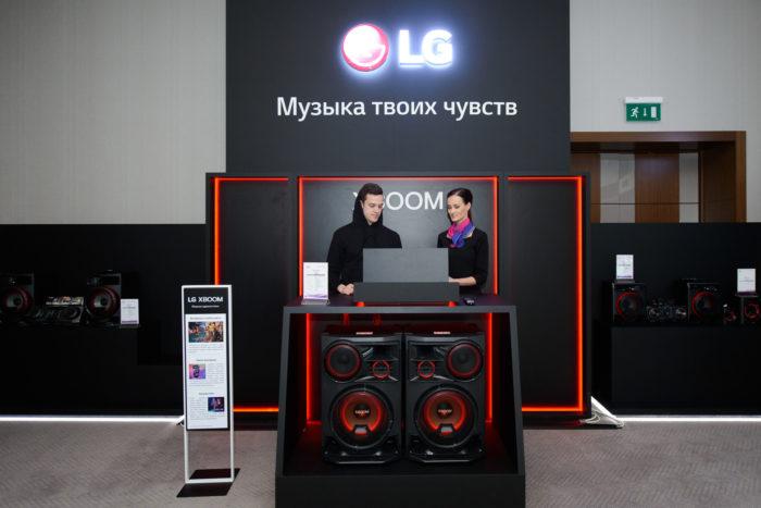 Благодаря сотрудничеству LG и Meridian Audio, новые саундбары обеспечивают превосходное качество звучания. С помощью мощного объемного звучания, заполняющего каждый уголок помещения, и функций искусственного иинтеллекта, линейка саундбаров 2019 года от компании LG создает эффект полного присутствия. В этом году усовершенствованная технология внедрена в новую модель саундбаров SL10Y. Опираясь на 25-летний опыт обработки цифровых сигналов, технология компании Meridian Bass & Space улучшает звуковую сцену и усиляет басы. Внедрение технологии Image Elevation от Meridian улучшает звуковую сцену, усиливает эффект присутствия, обеспечивает непревзойденное объемное звучание. Технология Upmix от Meridian преобразует два канала аудио в несколько отдельных каналов без искажений, при этом поддерживает тональный баланс, усиливает звуковой эффект погружения, улучшая акустическое поле, а также совершенствует чистоту воспроизведения голоса и звучания ведущих инструментов. Санундбары LG SL10Y поддерживают Dolby Atmos и DTS:X, благодаря этому пользователи могут насладиться захватывающе реалистичным объемным звуком, при этом создается впечатление, что звук идет из разных точек и глубин. Саундбары LG 2019 года обладают элегантным минималистичным дизайном, который отлично подходит стилю шикарных OLED-телевизоров LG нового поколения: они идеально сочетаются, располагаясь рядом друг с другом.